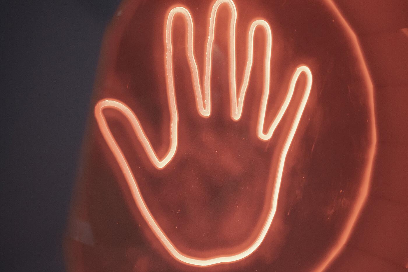 Приложите руку